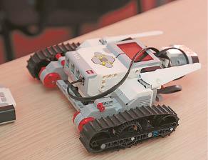 Štai lego robotukas, kurį dar reikia suprogramuoti, kad atitinkamai judėtų.