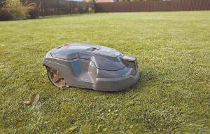 Žolės pjovimo robotas apipjauna visą šį sklypą.