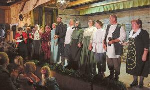 Prieš nusilenkiant publikai... Visi spektaklio veikėjai – dešinėje Birutė Labutytė.