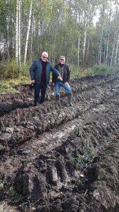 """Dariaus Šypalio nuotr. Įmonės """"Savas miškas"""" direktorius Česlovas Petraitis (kairėje) ir miškininkas Darius Kaminskis teigė, kad iš projekto lėšų šioje apie 2 ha užimančioje nederlingoje žemėje, esančioje Balnių kaime, taip pat suvešės miškas – teritorija bus apsodinta juodalksniais."""