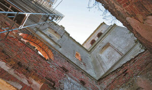 Bažnyčios griuvėsiai savo architektūra, sakralumu traukia ir žavi turistus.