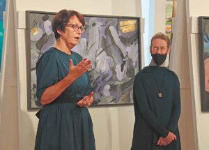 Menotyros profesorė Rasa Žukienė (kairėje) ir dailininko dukra Rasa Bačiulienė kartu pristatė V. Žiliaus parodą. Ričardo PASILIAUSKO nuotraukos