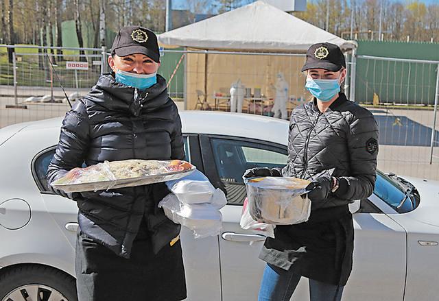 Per karantiną dovanoja maistą mobiliojo COVID-19 tyrimų punkto darbuotojams.