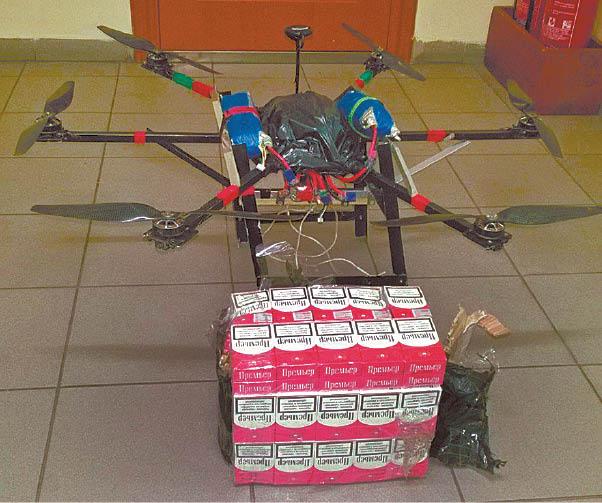 Pasieniečiai muitinės muziejui padovanojo droną, kuriuo iš Kaliningrado srities per valstybės sieną buvo gabenamos kontrabandinės cigaretės.