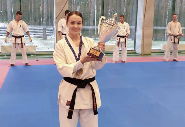 "R. Makackaitė su Europos ""online"" kata čempionato 3 vietos taure."