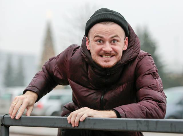 """""""Turiu daug natūralių kaukių"""", – sako Marijampolės kultūros centro renginių vedėjas aktorius Zigmantas Baranauskas."""