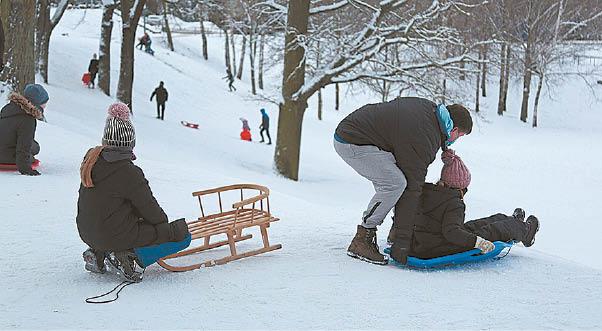 Pavilioti žiemos pramogų marijampoliečiai nuo kalnų čiuožia ir rogėmis, ir plastikinėmis čiuožynėmis.