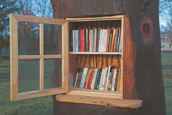 Jaukus, kviečiantis praverti dureles knygų namelis...