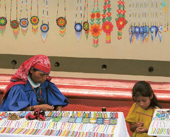 Viksarikos (Wixarika) genties indėnės kuria tradicinius papuošalus.