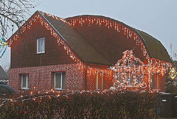 Dženčialaukos kaime esančią Rasos ir Ričardo Sakalauskų sodybą konkurso organizatoriai nominavo kaip gražiausiai papuoštą namą kaimiškoje vietovėje.
