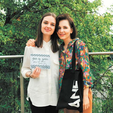 """Kornelija Anelauskaitė su Monika Liu – antros """"Apie ką tylite"""" laidos pašnekove – muzikos kūrėja, dainų autore ir atlikėja."""