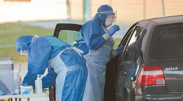 Ne tik medikai ligoninėse – mobiliųjų patikros punktų darbuotojai taip pat kasdien susiduria su virusu, todėl visi jie gavo galimybę pasiskiepyti.