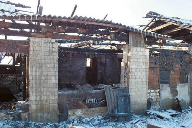 Nudegė stogas ir mediniai sienų intarpai.