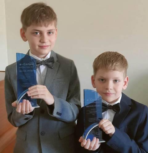 Jovis ir Kipras su prizais, laimėtais tarptautiniame konkurse Honkonge.