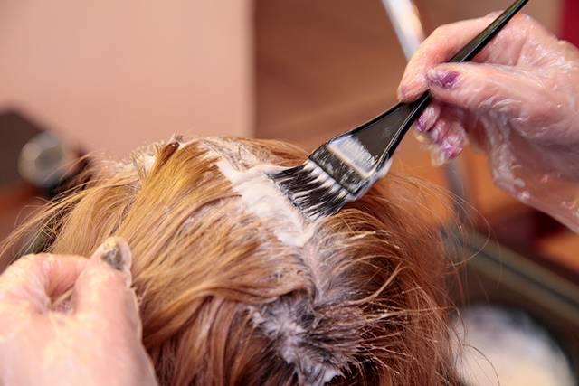 Karantino metu pastebėti tik ką nudažyti ir sušukuoti plaukai leidžia įtarti, kad klientė naudojosi nelegalia kirpėjo paslauga.