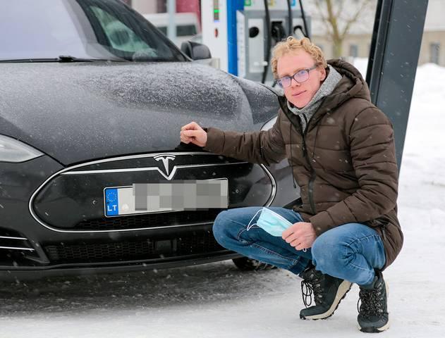 """""""Elektroautomobiliu nuvažiuojamas kelias dažnai būna nevienodas – priklauso nuo oro sąlygų, vairavimo režimo ir kita"""", – sako K. Valinčius."""