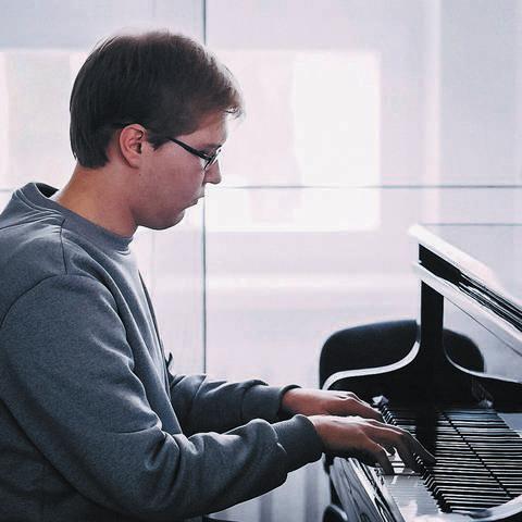 Jaunasis muzikas yra daugelio konkursų laureatas ir nugalėtojas.