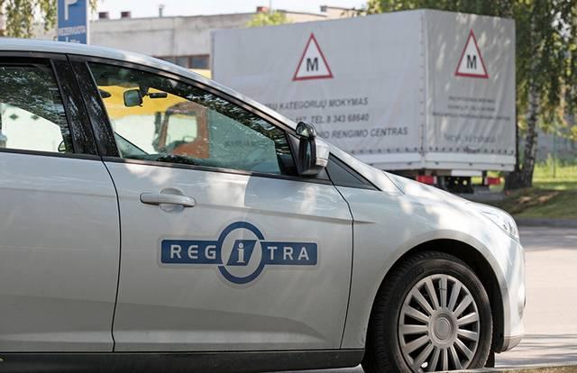 Būsimieji vairuotojai nerimauja, kada galės laikyti praktikos egzaminą.