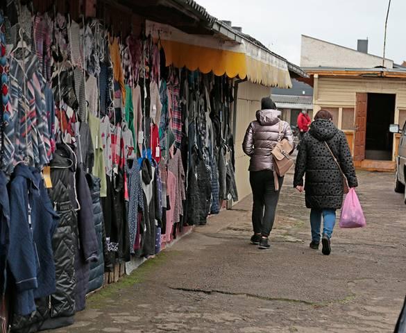 Pasak prekiautojų, saugesnės vietos, kaip V. Kudirkos g. turgus, Marijampolėje nėra – žmonių vos vienas kitas.