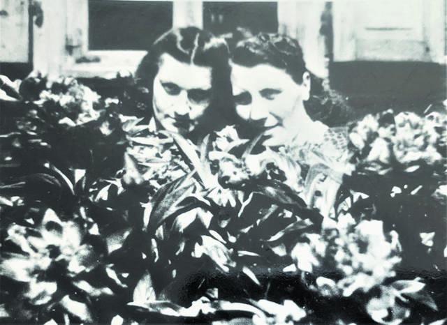 Domicelės nuotraukų beveik nelikę: apie 1960 metus kartu su drauge Kazimiera Paltanavičiene prie namo (perfotografuota).