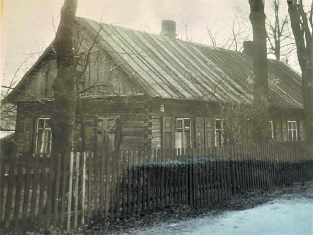 Senoji Jūrės kaimo pradinė mokykla, čia vėliau gyveno Domicelė Stankevičienė (1990 metų nuotrauka).