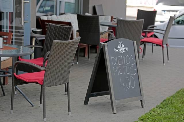 Sužinoję, kad pradės veikti kavinių lauko terasos, klientai ėmė rezervuoti stalelius, tačiau pabjuręs oras prisėsti lauke žmones atbaidė.