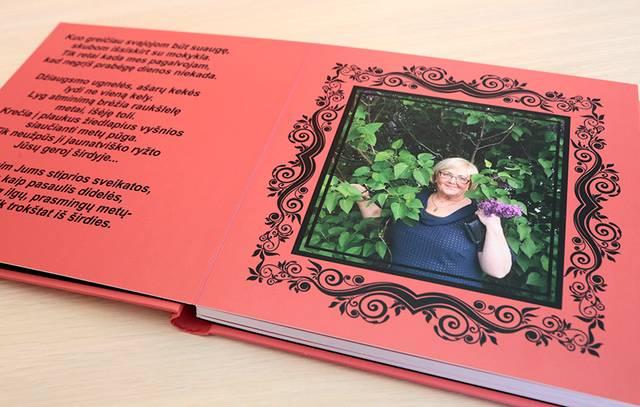 Namų ūkio ekonomių specialybės studentės, susitikusios su auklėtoja E. Grigalevičiene po 20 metų, padovanojo atminimo knygą su nuotraukomis. Jų ryšiai su grupės auklėtoja ir mokytoja labai stiprūs.