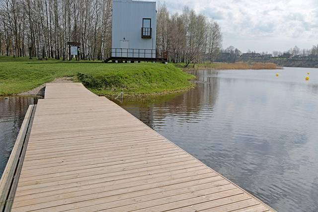 Baidarių irkluotojai džiaugiasi naujai įrengtu tiltu, kurio, pasibaigus sezonui, nereikia ištraukti iš vandens.