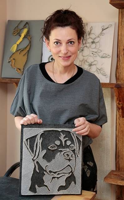 Vinimis ir siūlais paveikslus kurianti Jovita Dabašinskienė sako, jog Lietuvoje ji, ko gero, vienintelė tuo užsiima.
