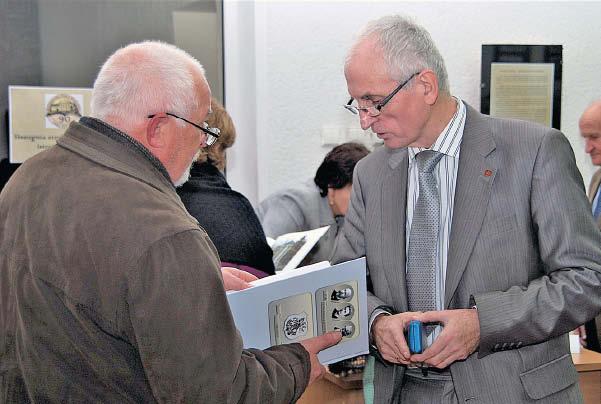 Stanislovas Sajauskas (dešinėje) ne kartą susitiko su marijampoliečiais, pristatydamas parodas ir savo knygas. Čia – 2011 metais.