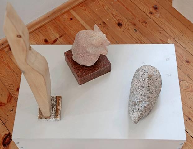 Realistinės ir abstrakčios Ramučio Karpavičiaus figūros dvelkia ramybe.