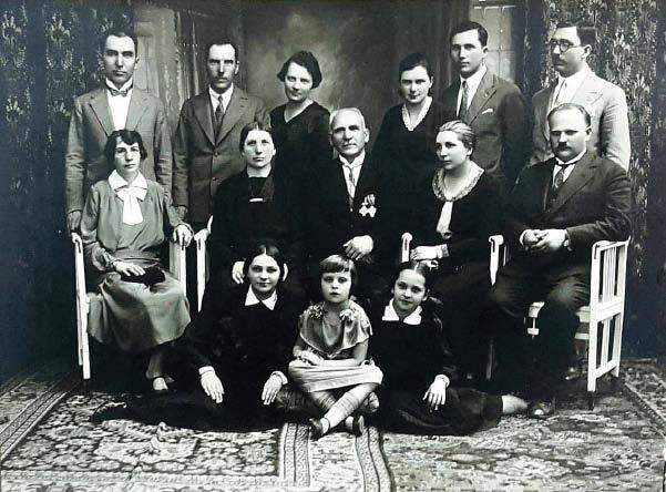 Vasario 16 akto signataro Saliamono Banaičio šeima apie 1931–32 metus. J. Pranaitytė sėdi pirma kairėje.