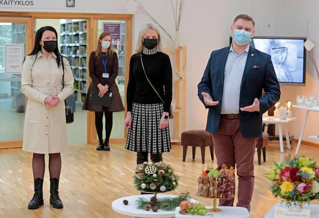 Profesinio rengimo centro atstovai pristato savo ekspoziciją.