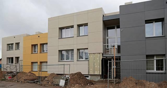 Kumelionių gyvenvietę puošia trys atnaujinti daugiabučiai namai.