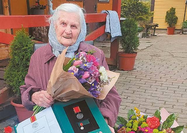 """Ordino """"Už nuopelnus Lietuvai"""" medaliu Prezidentas taip pat apdovanojo ir Marijampolės apskrityje gyvenančias mamas, pagimdžiusias, išauginusias ir gerai išauklėjusias pulkelius atžalų. Viena jų - Anelė Virbickienė."""