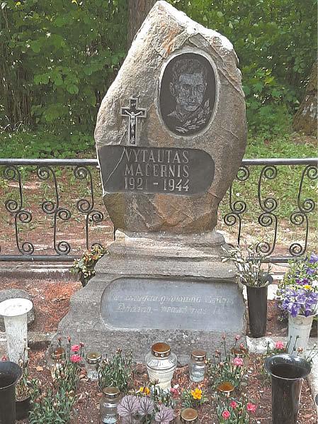 Prie poeto V. Mačernio kapo nuolat lankosi jo kūrybos gerbėjai.
