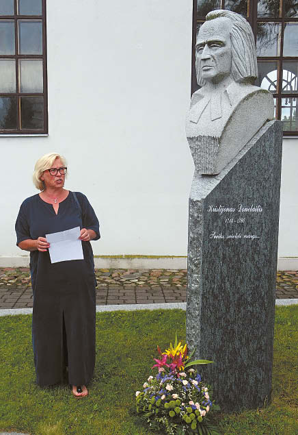 Poetė Stefanija Navickienė eiliuotai kreipėsi į K. Donelaitį.