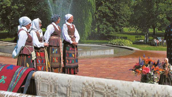 """Konstancijos audeklai – tolėliau """"Žvirgždės"""" dainininkės."""