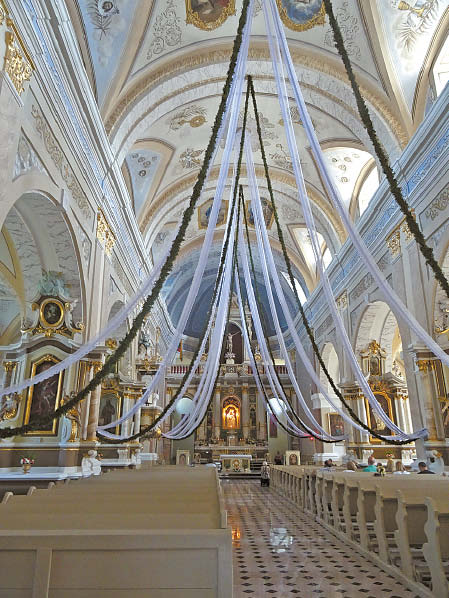 Bazilika per atlaidus itin pasipuošia.