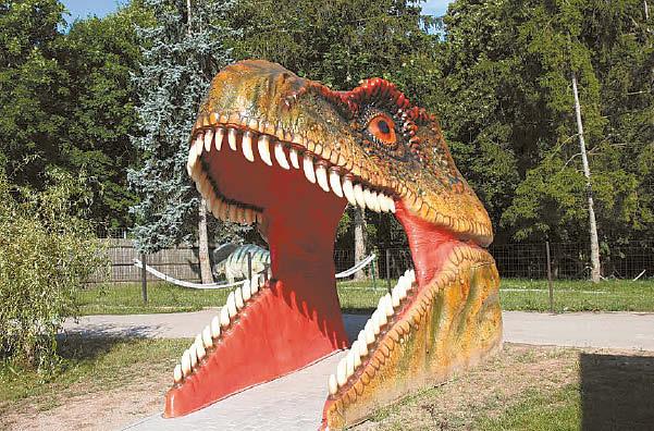 Įspūdingi vartai į dinozaurų parką.