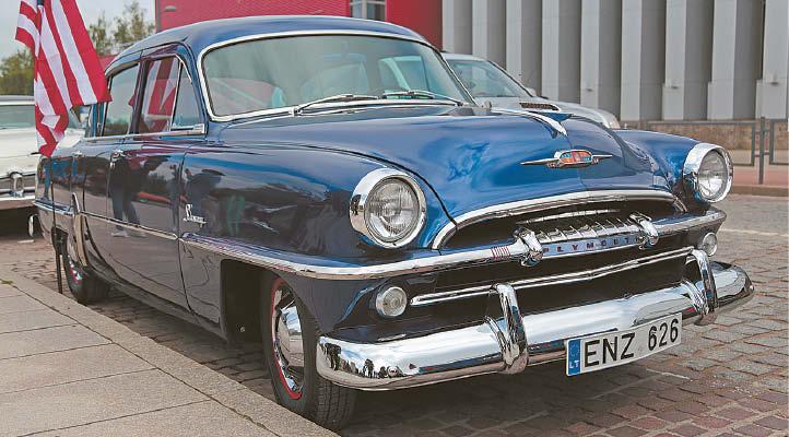 Išraiškingų linijų keturių durų sedanas 1954 metais pagamintas JAV Detroito gamykloje.