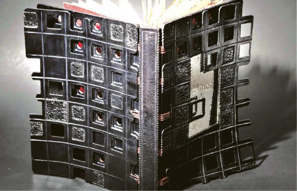 """Anos Lu knygos """"nr. 122"""" meninis įrišimas. Išleido Leonora Kuisienė, 4 egz. Augalinio rauginimo oda, veliūras, japoniškas popierius; modifikuotas belgiškas surišimas, iškilus plokščiasis reljefas, giluminiai įspaudai, graviūra, popieriaus sendinimas akvarele, liejimas tušu... Ir tai – dar ne viskas."""