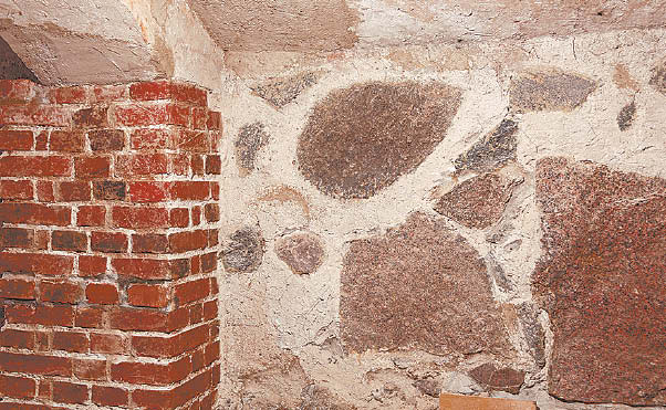 Akmenų ir senųjų plytų atodangos atrodo įspūdingai.