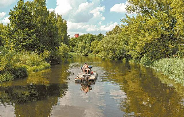 """Šienauti vandens telkinius Lietuvoje leidžiama tik po liepos 1-osios. Kai tik buvo galima, speciali ežerų, tvenkinių, pelkių ir kitų vandens telkinių priežiūrą vykdančios įmonės """"Mobarn"""" technika atvyko į Šešupę ties Marijampole."""