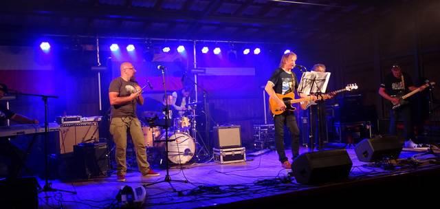 Scenoje – marijampoliečių grupė AGE ir gitaristas G. Šulinskas.