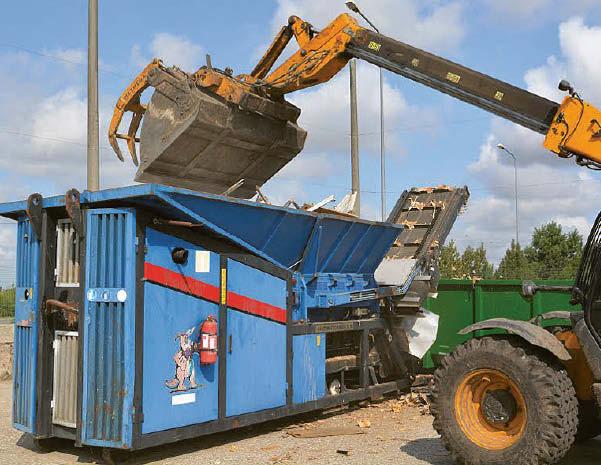 Susmulkintos medienos atliekos pristatomos į Kauno ar Klaipėdos perdirbimo įmones, kur už jų toną MAATC sumoka 39 Eur. Redos BRAZYTĖS nuotraukos