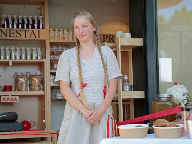 Ieva Smilgienė šeimos krautuvėlėje Marijampolėje.