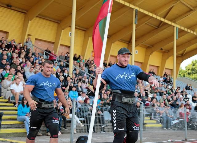 Mūsų Trispalvę į areną įnešė lietuvaičiai – turnyro nugalėtojas A. Jokūbaitis ir M. Lalas.