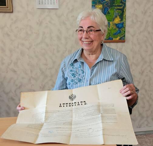Birutės Bytautienės rankose – atestatas, liudijantis, kad Juozas Damijonaitis baigė Veiverių mokytojų seminariją.