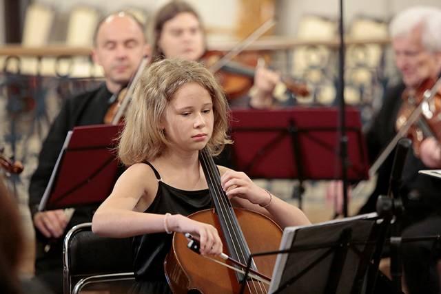 """Elzė Armonaitė – viena iš trijų """"Zonta"""" klubo stipendija paskatintų jaunųjų atlikėjų – pradėjo bazilikoje vykusį koncertą."""